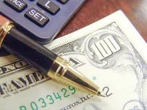 Notas, pena e calculadora do dinheiro dos E.U. Dolar Foto de Stock