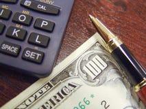 Notas, pena e calculadora do dinheiro dos E.U. Dolar Imagem de Stock