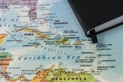 Notas pessoais de alguém que planeia uma viagem ao mar das caraíbas sobre um mapa do close up de Cuba, Haiti, Jamaica, dominiquen foto de stock royalty free