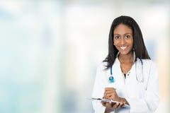 Notas profissionais médicas da escrita do doutor fêmea feliz seguro foto de stock royalty free