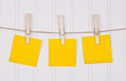 Notas sobre una cuerda para tender la ropa foto de archivo