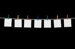 Notas sobre una cuerda para tender la ropa con ropa Imágenes de archivo libres de regalías