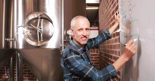 Notas sonrientes de la escritura del trabajador de la cervecería sobre whiteboard metrajes
