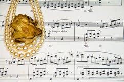 Notas velhas da música clássica com pérolas do vintage imagens de stock royalty free