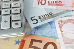 Notas y calculadora euro del detalle Fotografía de archivo libre de regalías