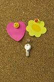 Notas y claves en corkboard Fotos de archivo libres de regalías