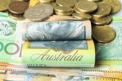 Notas y detalle doblados dinero australiano de las monedas imágenes de archivo libres de regalías