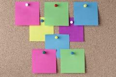Notas y pernos coloreados del empuje foto de archivo libre de regalías