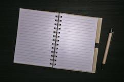 Notastootkussen met lege document pagina's Stock Foto's