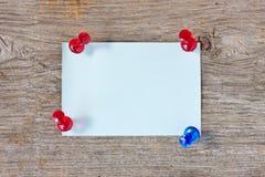 Notatka i pushpins na desce Zdjęcie Royalty Free