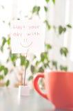 Notatka na stołowym początku twój dzień z uśmiechem Zdjęcia Royalty Free