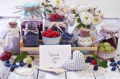 Notatka z tekst miłością ty, świeża jagoda i dżem w roczników szklanych słojach, Obraz Stock