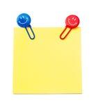 Notatka z uśmiechniętymi papierowymi klamerkami Fotografia Stock
