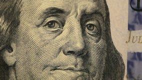 Notatki dolara zamknięty up Franklin na dolara zamknięty up Zakończenie sto dolarów przy stołem Na stołowym dolarze zbiory wideo