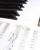 Notatki na fortepianowych kluczach Fotografia Royalty Free