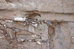 Notatki przy pęknięciem Wy ściana i wróbel Obraz Stock