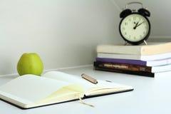 Notatki z jabłkiem i piórem Fotografia Stock