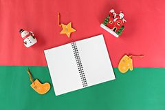 Notatnik, bałwan, Santa Claus, boże narodzenia, nowego roku ornament na tle i dekoracja, czerwieni i zieleni i Zdjęcia Stock