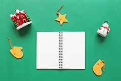 Notatnik, bałwan, Santa Claus, boże narodzenia, nowego roku ornament na zielonym tle i dekoracja, i Zdjęcie Stock