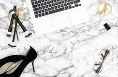 Notatnik dostaw akcesoriów biurowego biurka mody mieszkanie nieatutowy Zdjęcia Royalty Free