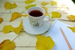 Notatnik, herbaciane filiżanki i spadać liście, Zdjęcie Royalty Free