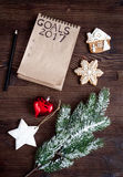 Notatnik i cele dla nowego roku drewnianego tła odgórnego widoku Obrazy Stock