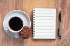 Notatnik i kawa z ciastkiem obraz royalty free
