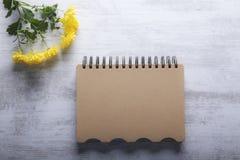 Notatnik i kwiaty na drewnianym tle zdjęcia royalty free