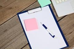 Notatnik i laptop na starym drewnianym biurku Obrazy Royalty Free