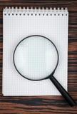 Notatnik i loupe Fotografia Stock