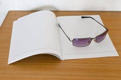 Notatnik i okulary przeciwsłoneczni Obrazy Royalty Free