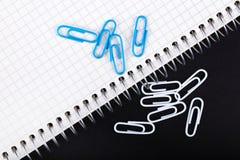 Notatnik i papierowych klamerek zakończenie dalej Fotografia Stock