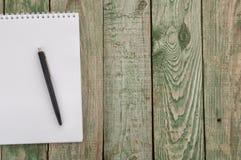 Notatnik i pióro na drewno stole Zdjęcia Royalty Free