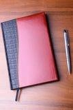 Notatnik i pióro na stole Obrazy Stock