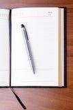 Notatnik i pióro na stole Fotografia Stock