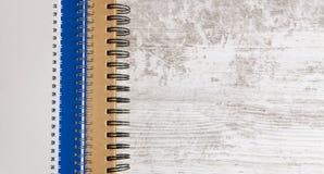 Notatnik i pióro w drewnianym tle zdjęcie royalty free