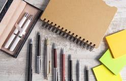 Notatnik i pióro w drewnianym tle zdjęcie stock