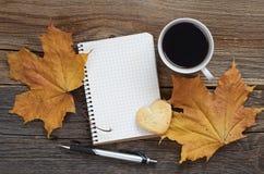 Notatnik, kawa z ciastkiem i jesień liście, zdjęcia royalty free