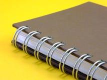 Notatnik na żółtym tle zdjęcie royalty free