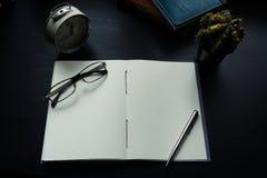 Notatnik na biurku, Opróżnia przestrzeń na notatniku dla Wchodzić do teksta fotografia stock