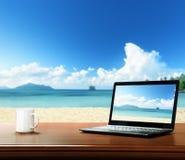 notatnik na stole i plaży Zdjęcie Stock