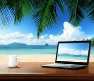 notatnik na stole i plaży Fotografia Stock