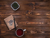 Notatnik na stole z kubkiem i filiżanką herbata Zdjęcie Stock