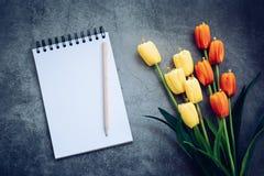 Notatnik, ołówek i kwiat na czarnym tle, obrazy royalty free