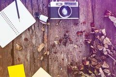 Notatnik, ołówek, kamera, ekranowa poczta i wysuszone róże, ja Obraz Royalty Free