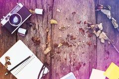 Notatnik, ołówek, kamera, film i wysuszone róże, Zdjęcia Royalty Free