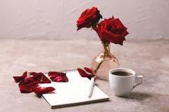 Notatnik, pióro, czerwone róże i kawa, workplace szczegółowa artystyczne Eiffel rama France metalicznego poziomy Paris strzał wzó Fotografia Royalty Free