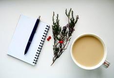 Notatnik, pióro, kawa i gałąź z czerwonymi jagodami, zdjęcie royalty free