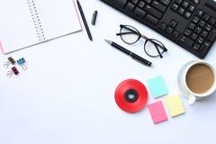 Notatnik, pióro, klawiatura, kawowy kubek i akcesoria umieszczający na wh, fotografia stock