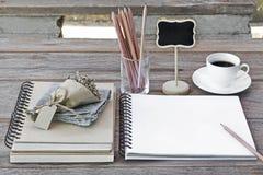 Notatnik puste strony z szkłami, kwiatu bukiet, ołówki Zdjęcia Royalty Free